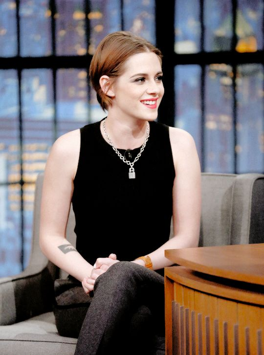 "Kristen Stewart appears on ""Late Night With Seth Meyers"" (15/01/2015)"