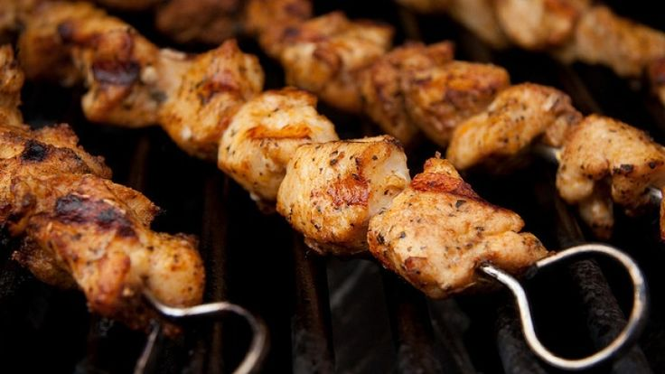 Spiedini di pollo alla griglia, spiedini di pollo alla brace, ricetta barbecue