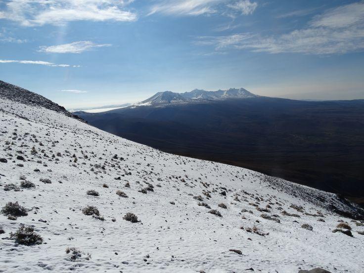 Ausblick vom Basiscamp des Vulkan Misti auf den 6.057 Meter hohen Vulkan Chachani.