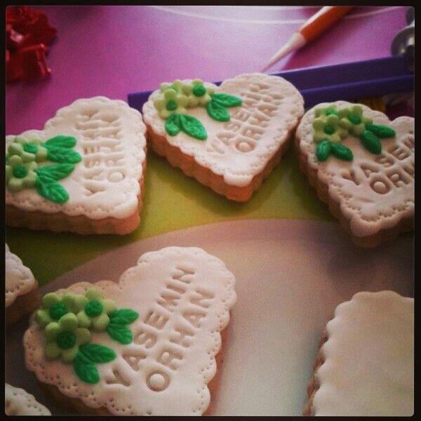 Yasemincik'in nisan pastalari ve kurabiyeleri icin calismalar hizlansin ;) bol cicekli bir cumartesi olacak...
