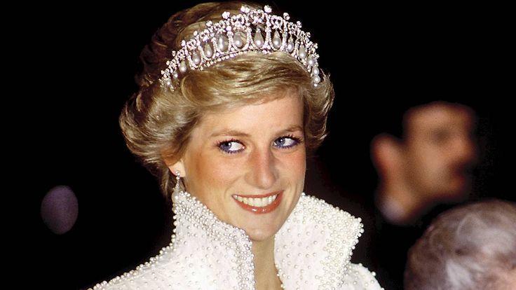 Prinsesse Diana skrev sit navn med rødt blæk i en bogen, da hun var fire år gammel. Nu er den et samlerobjekt i England.