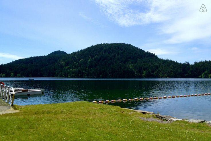 Lago Cascade, em Olga, ilha Orcas, no arquipélago das ilhas San Juan, Washington, USA.