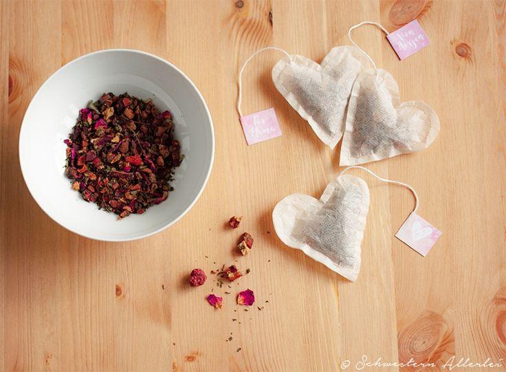 Selbstgenähte Herzteebeutel mit losem Tee mit kostenlosem Download für Teebeutelschildchen/www.schwestern-allerlei.de