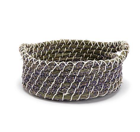 Großer Deko-Korb aus getrocknetem Lavendel und Gräsern, im oststeirischen Hügelland geerntet und von Hand gebunden – jetzt bei Servus am Marktplatz kaufen.
