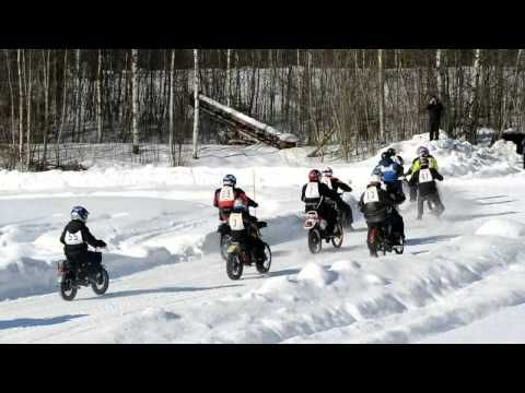 Vanhat moottoripyörät ja mopot. Jäärata-ajot Joroinen - Motorcycles Ice Road Racing slippery ice road make some more challences. There it is eqsy to learn to drive without trees to hit!