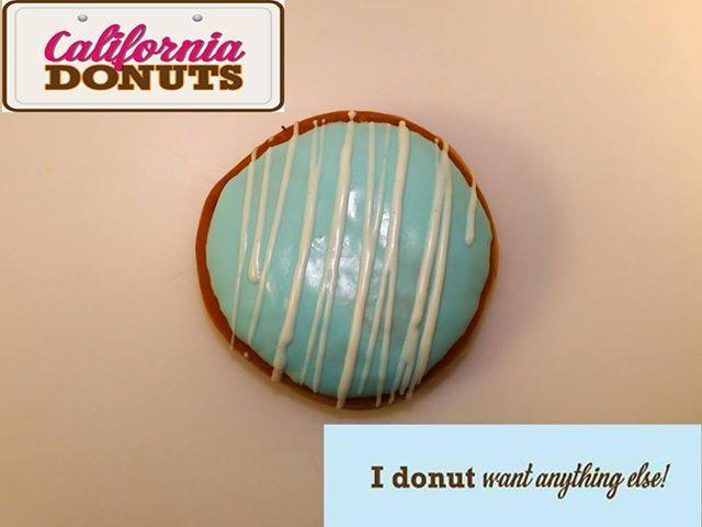 """Υποδεχόμαστε την California στην Ελλάδα και σου παρουσιάζουμε το πρώτο donut της συλλογής μας που δεν θα μπορούσε να είναι άλλο από το """"California Donut"""". Η πλούσια γέμιση με κρέμα Curacao και το γαλάζιο χρώμα του γλάσου του, σίγουρα θα σε παραπέμψουν στις παραλίες της California όπου το καλοκαίρι συνεχίζεται όλο τον χρόνο. Δοκίμασε το!"""