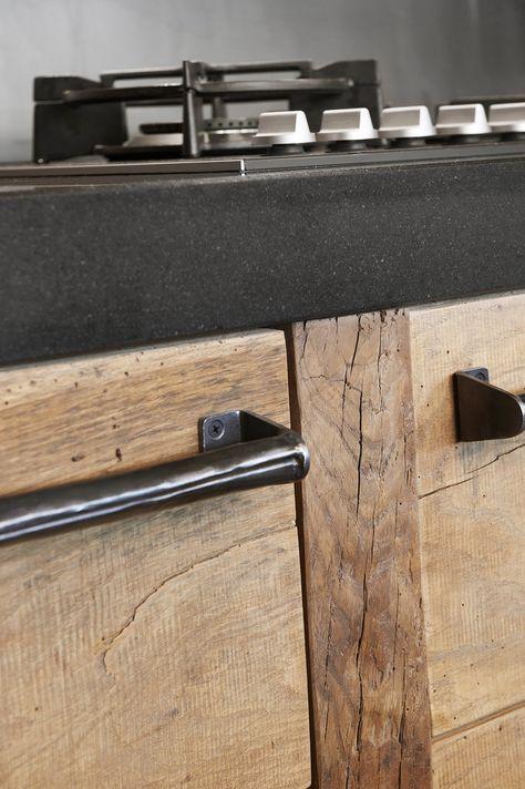 Oud eiken keuken met blauwstalen handgrepen#restylexl #eiken #keukens #keuken #oudhout #hout #houten