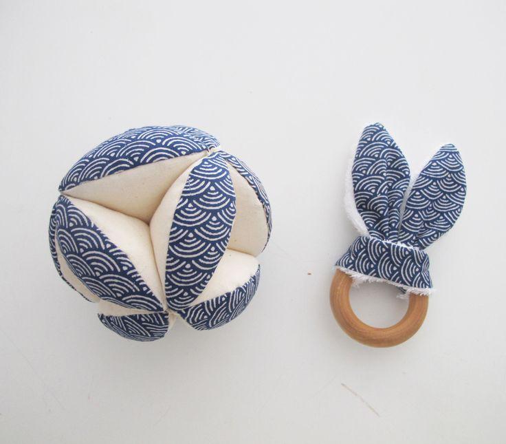 Sur commande : Ensemble Balle de préhension Montessori,et doudou lapin tissu japonais motifs vagues : Jeux, peluches, doudous par lelouppointu