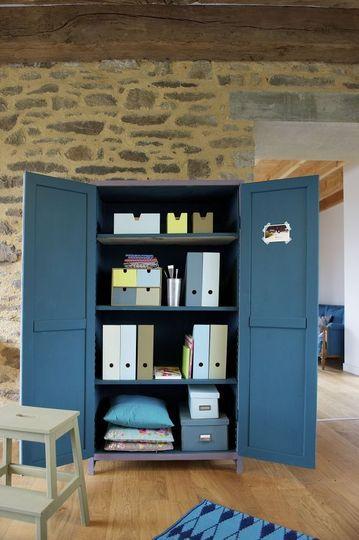 Relooking meuble : repeindre une vieille armoire en couleur - CôtéMaison.fr