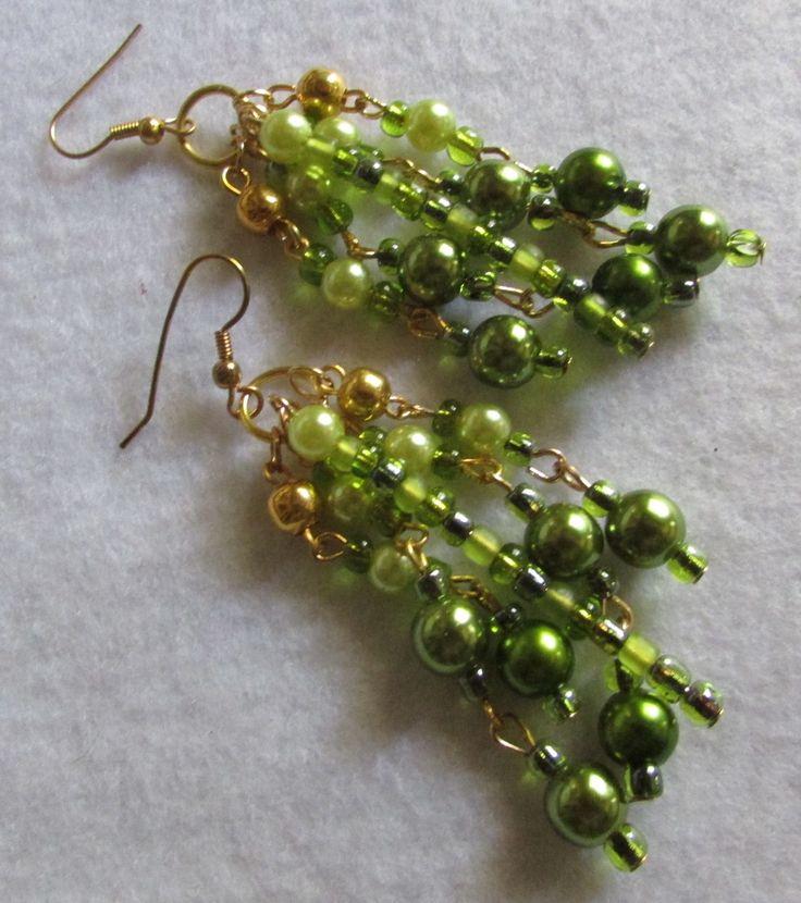 Aros cascadas de perlas verdes al tono entre sí ,mostacillas y argollas doradas