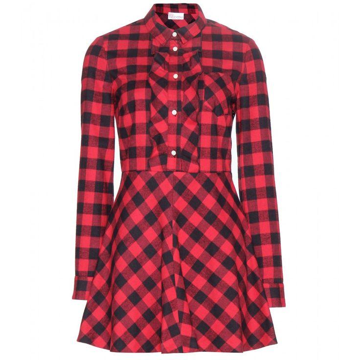 Ein cooles Holzfällerhemd aus weichem Flanell ist bei dieser Kreation von REDValentino mit einer femininen Kleid-Silhouette zu einer hochmodischen Einheit verschmolzen. Während das rot-schwarze Karomuster einen bodenständigen Charakter hat, erhält das Kleid durch seine ausgestellte Silhouette sowie Rüschendetails an der Knopfleiste mädchenhafte Eleganz.