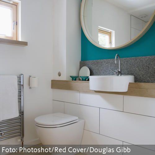 Runder Spiegel und Design-Waschbecken im natürlichen Badezimmer