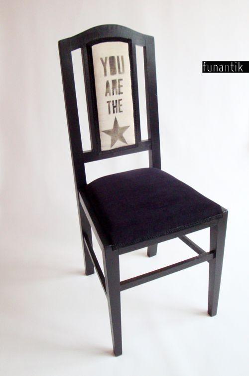 The Star Krásná starožitná bytelná dubová židle, dle slov předchozího majitele více jak 100let stará. Dřevěná konstrukce je naprosto v pořádku a plně funkční. Kompletně očištěno, nově očalouněno, potaženo luxusní látkou Amara Aquqclean (sedák) a vlastnoručním potiskem pevné režné potahovky (směs bavlny a lnu). Rozměry židle: výška 103cm x šířka 43cm x ...