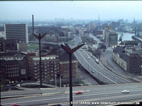 Düsseldorf ohne Rheinufertunnel und Medienhafen. Rechts ist heute der Landtag.
