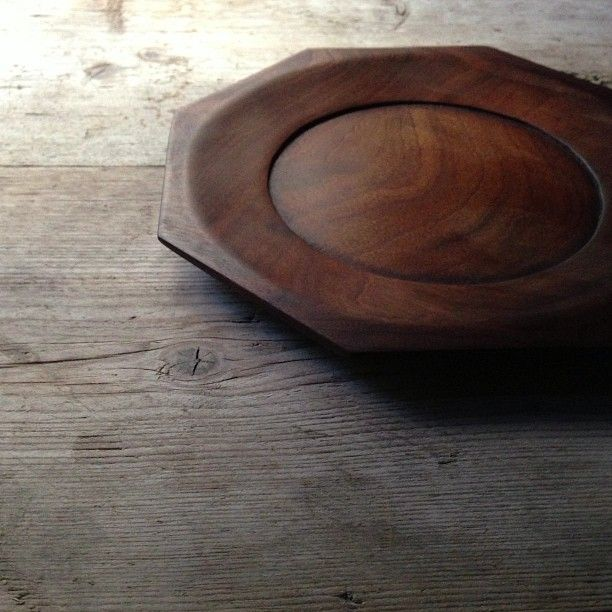 The plate of wood of imbuia was completed… インブイアの木のお皿、完成しました(^-^)。ウオールナットより、ちょっと濃い、焦げ茶色になる…予定でしたが、あまり、大差ないです…