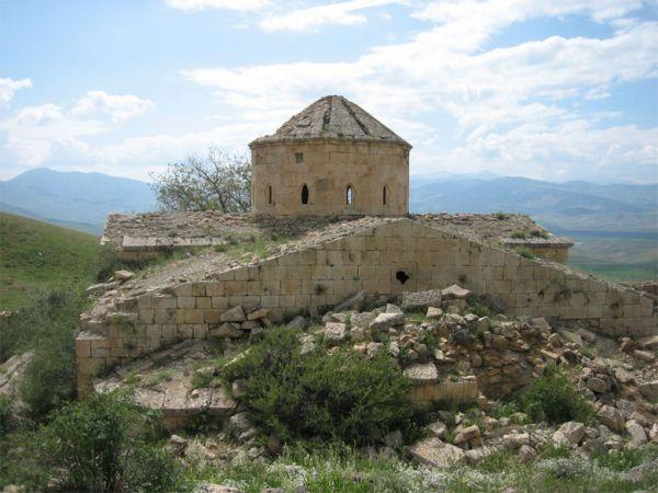 Abrank aziz Davit Manastırı/Tercan/Erzincan///  Surp Davit (Abrank) Ermeni Manastırı, Tercan'ın Üçpınar köyü yakınlarında, Vank Dağı'nda yer almakta.