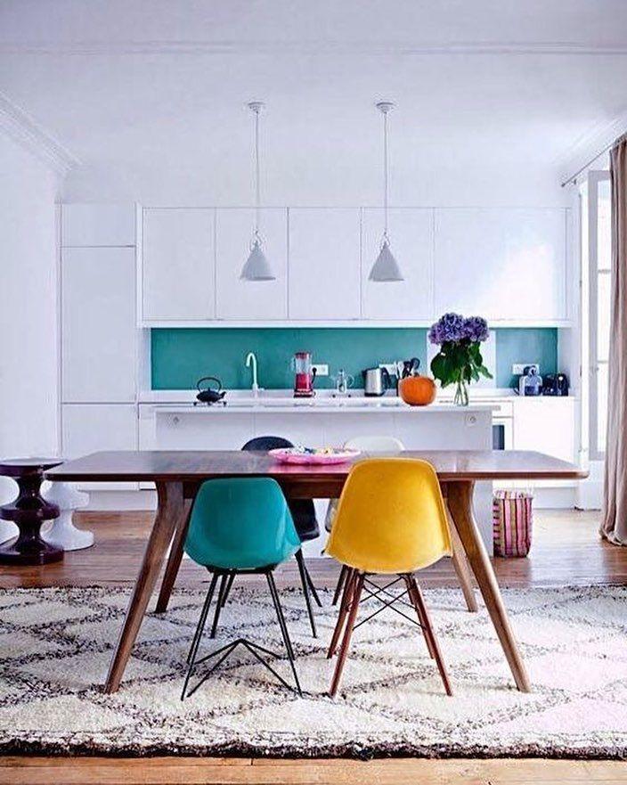 Colorido na cozinha? Pode sim! Cadeiras Eames coloridas ficam um charme se combinadas com uma mesa de madeira e armários brancos.  #decoration #instadecor #instahome #casa #home #interiordesign #homedesign #homedecor #homesweethome #inspiration #inspiração #inspiring #decorating #decorar #decoracaodeinteriores #Mobly #MoblyBr #eames #color #kitchen #kitchendecor
