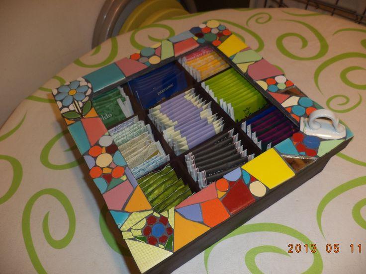 Caja porta saquitos de té - Técnica: Mosaico realizada con azulejos lisos, espejos y vajilla