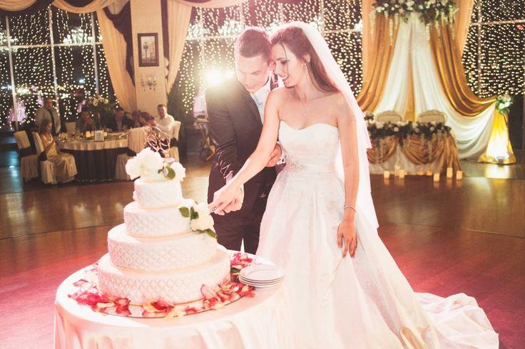 СВАДЕБНЫЙ ТОРТ Свадебный торт - это великолепие, позволительная каждому, свадебный торт является объектом пристального внимания на праздничном банкете. О том, каким должен быть торт на вашей свадьбе, нужно непременно позаботиться заранее.  Свадебный торт всегда становиться кулинарным чудом, настоящим произведением искусства и олицетворяет индивидуальность жениха и невесты.