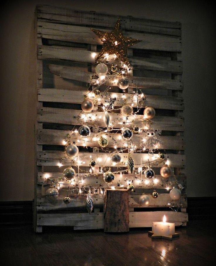 décoration rustique à faire soi-même - un sapin de Noël en bois de palette, décoré de guirlandes lumineuses
