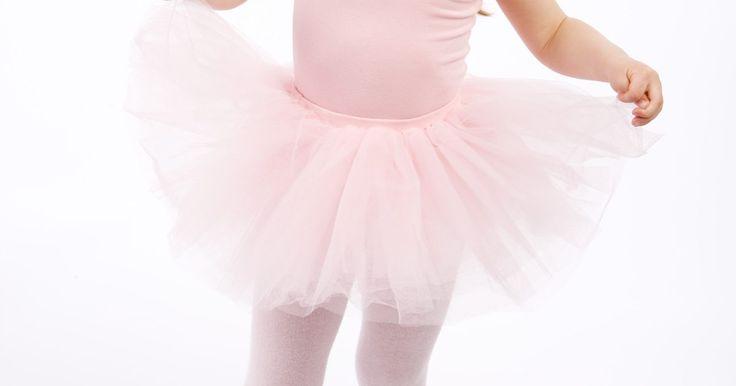 Como fazer um tutu de balé sem costura para uma criança. Um tutu de tule é simples de fazer manualmente e não precisa de uma máquina de costura. Como o tule é lavável à máquina e resistente o bastante para ser batido, é a peça que uma garotinha ama usar na hora de brincar. Um tutu feito à mão pode ser vestido como fantasia de bailarina ou princesa, além de poder ser usado em aulas de balé.