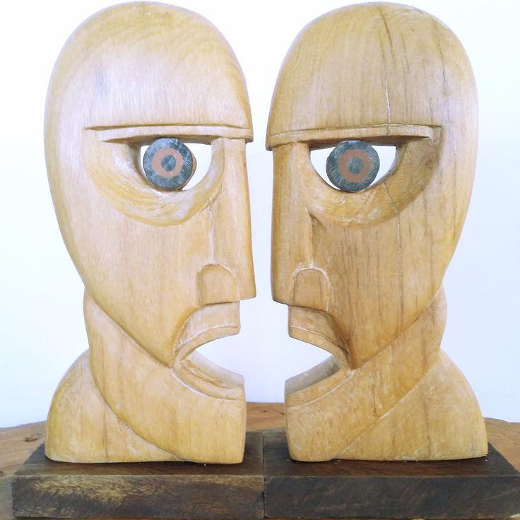Peça esculpida na madeira, tendo como modelo a capa do álbum The Division Bell, do Pink Floyd. <br>Além de utilizado apenas como objeto decorativo, este modelo por também ajudar a organizar seus livros na prateleira. <br>Ela mede aproximadamente 20cm de altura. <br> <br>Caso queira com outras medidas é só entrar em contato. <br>Frete grátis para todo Brasil.