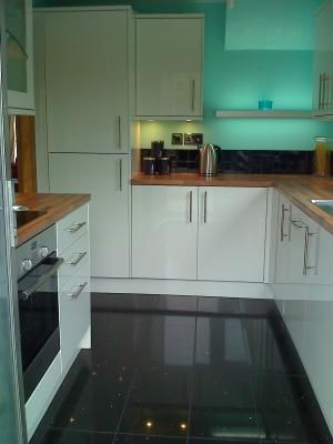 pic_HOWDENS-GLENDEVON-HIGH-GLOSS-WHITE-KITCHEN_074508_large.jpg (300×400)