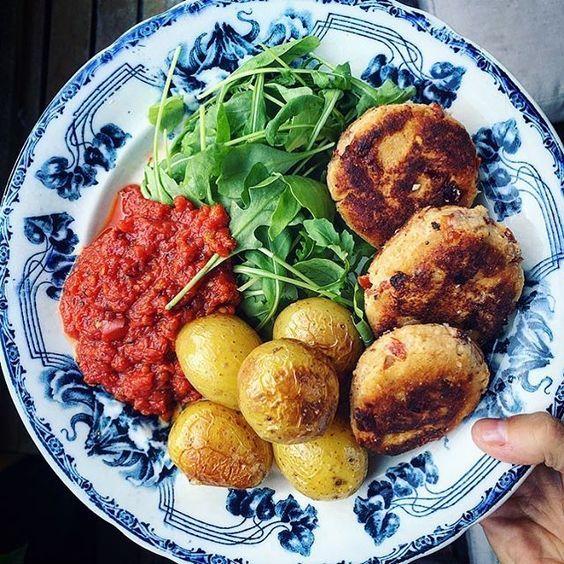 🌿 RICOTTABIFFAR 🌿 m. soltorkad tomat. Serverad med rostad potatis, tomatsås och citrondressad ruccolasallad. Tänker som vanligt tjata om hur mycket jag älskar vegobiffar. Bara blanda något med ägg/chiaägg, ströbröd och kryddor så har du svingo mat? Här har jag blandat ricottaost med ägg, ströbröd, soltorkad tomat och vitlök. Nom! #vegetariskt#vegetarian#ricotta#monday#meatfreemonday#köttfrimåndag#mat#foodie#matblogg#inspiration#foodpics#vegobiffar