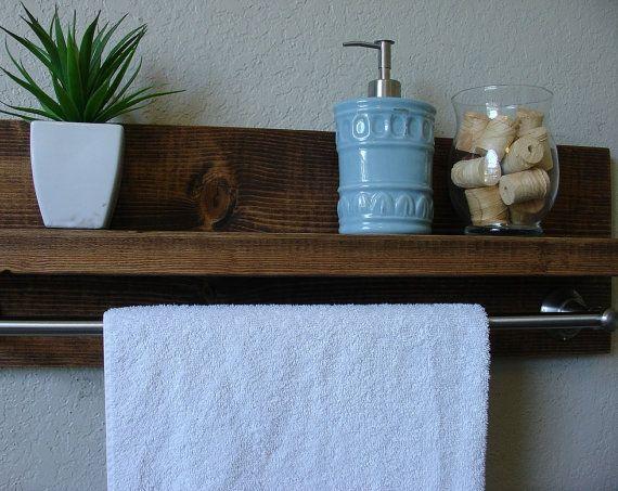 Étagère de salle de bain fait à la main avec une barre de serviette 24  nickel brossé. Un complément parfait à n'importe quelle salle de bain maison ou appartement.  En bois massif. Il a été légèrement poncée, puis teinté et scellé avec un beau noyer foncé.  Cette pièce ninclut pas les accessoires comme le montre les photos.  La couleur du bois teinté capturé dans des photos peut varier légèrement.  Dimensions: 29 po de large x 9,25 en hauteur x 4.25/6.25 po de profondeur (tablette 3.5/5.5…