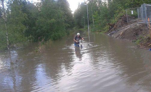 Pyöräily vaihtui kahlaukseksi Jyväskylässä - näin rankat sateet ...