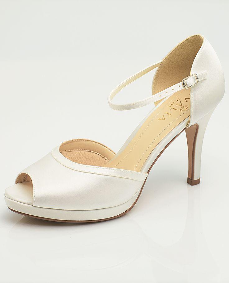 Our bridal shoes INES as perfect detail to compliete vintage wedding look! #avaliashoes #weddingshoes #bridalshoes #biancoevento #biancobride #wedding #weddingideas #vintagewedding #bridalaccessories #bridalfashion