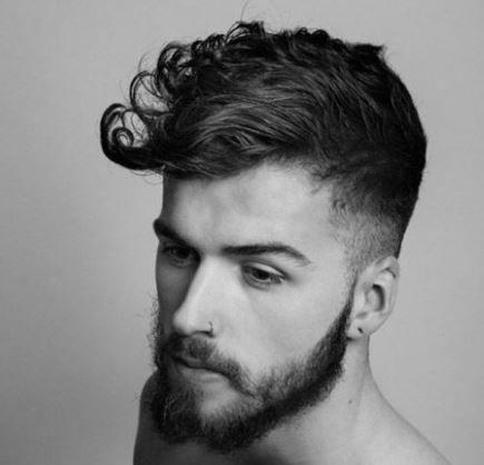 Capelli mossi Uomo: come pettinarli? I Consigli degli HairStylist Capelli mossi uomo come pettinarli ciuffo rigido