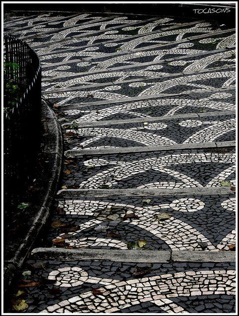 Portugal - Lisboa - calçada à portuguesa. / Sidewalk portuguese style.