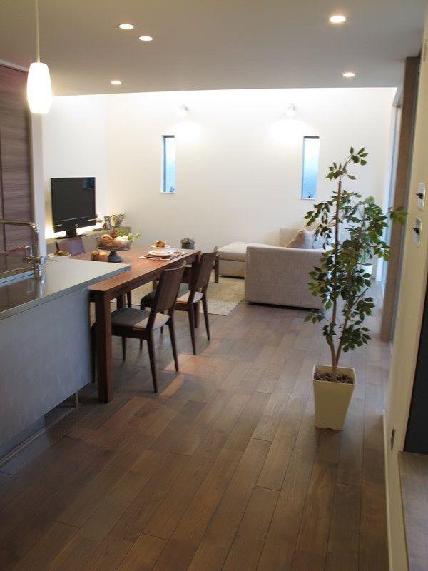 グレー色のオーク材の床にウォールナット材の家具でコーディネートしたリビングダイニング空間をご紹介
