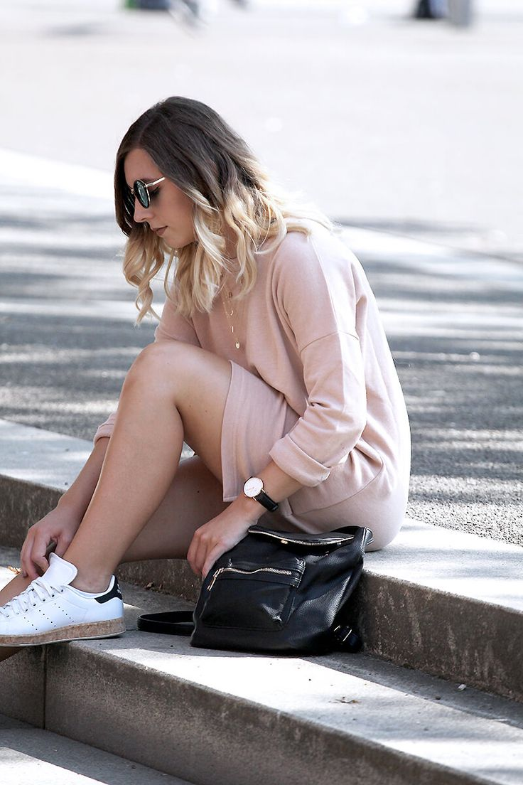 Tenue robe pull nude et baskets