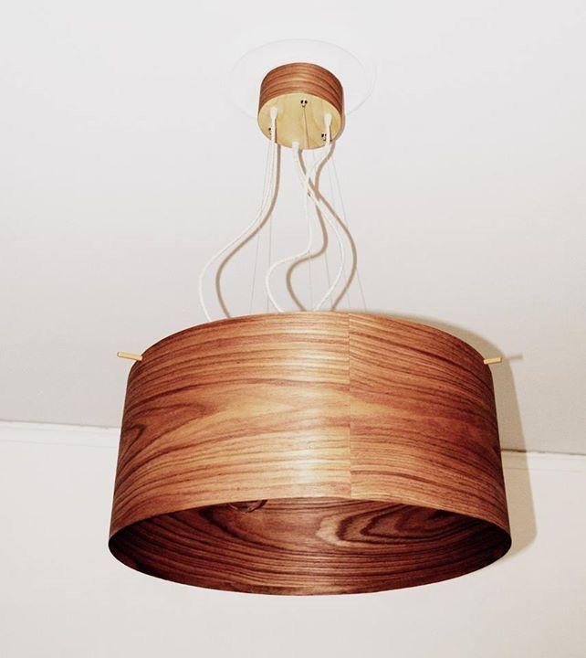 Cherry B. #handmade #woodlamps #pendantlight #woodenlights #woodwork #veneer #veneerlight Φωτιστικό οροφής, από καπλαμά κερασιάς. Διαθέτει 3 μεταλλικά ντουί σε χάλκινο χρώμα, συρματόσχοινα για μεγαλύτερη αντοχή και υφασμάτινο καλώδιο.  Λειτουργεί με διακόπτη commutateur (διπλό διακόπτη), με dimmer (με τη χρήση κατάλληλης λάμπας) ή με απλό διακόπτη. Διαστάσεις καπέλου: διάμετρος 60 εκ.