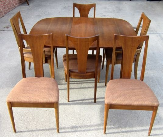 Beautiful Broyhill Sculptra Walnut Dining Table W/ 2 Leaves + 4 Matching  Chairs   $695