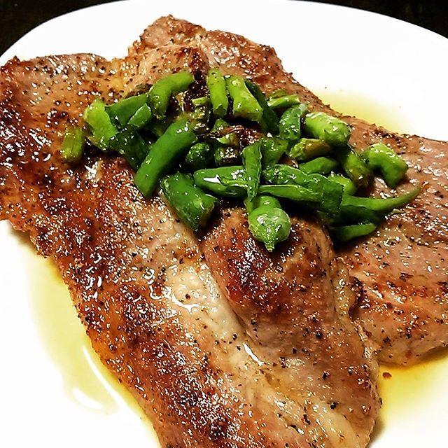 🍖 今日は 肉、肉、肉、肉、にぐ~⤴ てな気分なんで、肉❕ 豚肩ロースガーリックペッパーステーキ💕 😋😋😋 青唐辛子ソースが合うな☺ #肉#豚肩ロースガーリックペッパーステーキ#青唐辛子#ウマーイ#はぁー #( -。-) =3#春来たかな? #はぁー#なんだかなぁ #とりあえず#お疲れ様