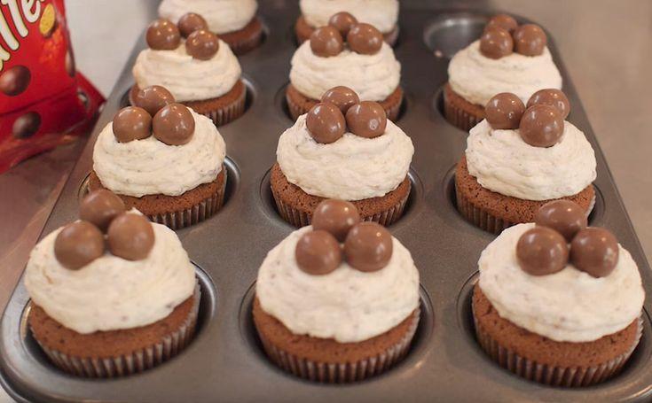 Het is te lekker om niet te eten Maltesers zijn van die snoepjes die altijd wel bij ons in huis liggen. Wanneer je eenmaal de zak hebt opengescheurd, eet je de chocolaatjes op alsof er geen morgen meer is. Dit recept voor Maltesers-cupcakes zorgt ervoor dat je die zak niet in één keer leeg eet; dez