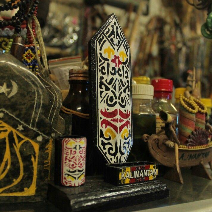 """Pasar Kebun Sayur merupakan pasar yang menyediakan berbagai hasil kerajinan tangan masyarakat Kota Balikpapan. Banyak dijual Batik dalam motif """"Ampik"""" (motif """"Dayak""""); kerajinan yang terbuat dari manik-manik seperti: Perhiasan (gelang, kalung, anting, dan lainnya); berbagai kerajinan dari batu-batuan permata; juga kerajinan tradisional """"Suku Dayak"""" lainnya (seperti 'mandau' dan senjata lainnya). #KebunSayur #Souvenir #Handicraft #Market #Balikpapan #kalimantanTimur #KPD…"""