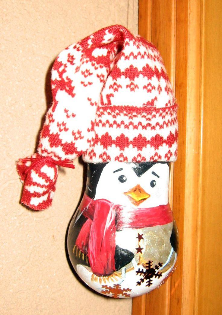 Riciclo di lampadine usate - pinguino da appendere all'albero di Natale, dipinto con colori acrilici (dopo aver dato un fondo di cementite).