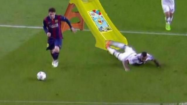 Siguen los memes del desparramo de Messi a Boateng