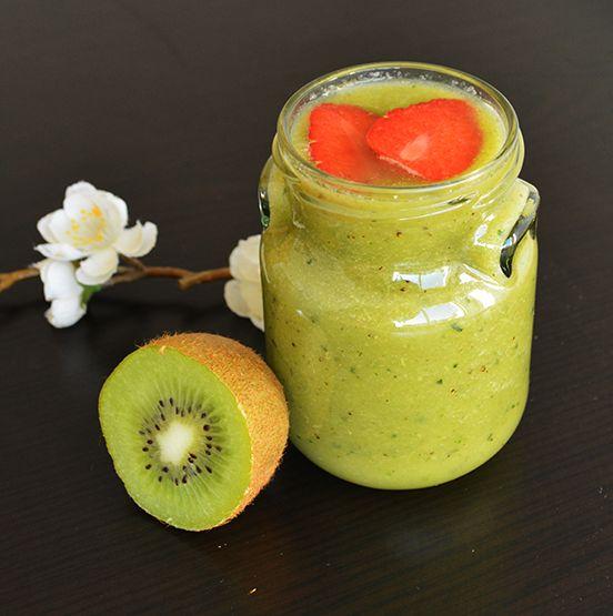 Nada más rico para comenzar el día!! No te olvides de que lo que da el color verde a los alimentos es la clorofila y ésta tiene numerosas propiedades medicinales como antioxidante, anticancerígeno, energizante y depurativo, disminuye el colesterol y previene la formación de ciertos cálculos renales y un motón de cosas más! La forma de realizar estos batidos es sencilla: sólo tienes que mezclar las frutas y verduras con agua o algún zumo. Ingredientes: 1 kiwi Jugo de 1 naranja 1 pepino un…