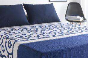 DecoArt24.pl Narzuta EYSA 250x270cm Sesamo blue - Piękna i oryginalna narzuta hiszpańska firmy EYSA Elegancko wykonana z materiałów najwyższej jakości bardzo dobrze prezentuje się zarówno w stylowej jak i nowoczesnej sypialni Niepowtarzalne wzornictwo podkreśli charakter każdej sypialni #dom #sypialnia #łóżko #DecoArt24.pl #sophisticated
