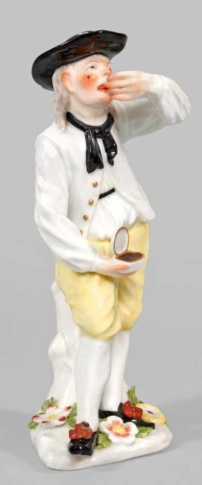 Seltene Figur eines Bauern mit Schnupftabakdose Naturalistischer Sockel mit aufgelegten Blüten. Vor
