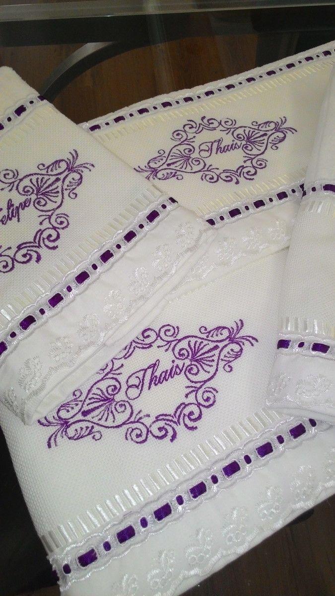 Lindo jogo de toalhas banho, 04 peças, 2 rosto e duas banho, com finos bordados à máquina e acabamento em delicado bordado inglês. Ótima opção para presente ou para renovar o enxoval da sua casa.