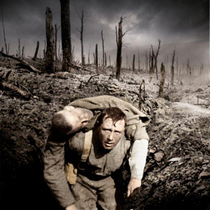 Kameradschaft in Farbe:  Ein Soldat trägt einen verwundeten Kameraden vom...