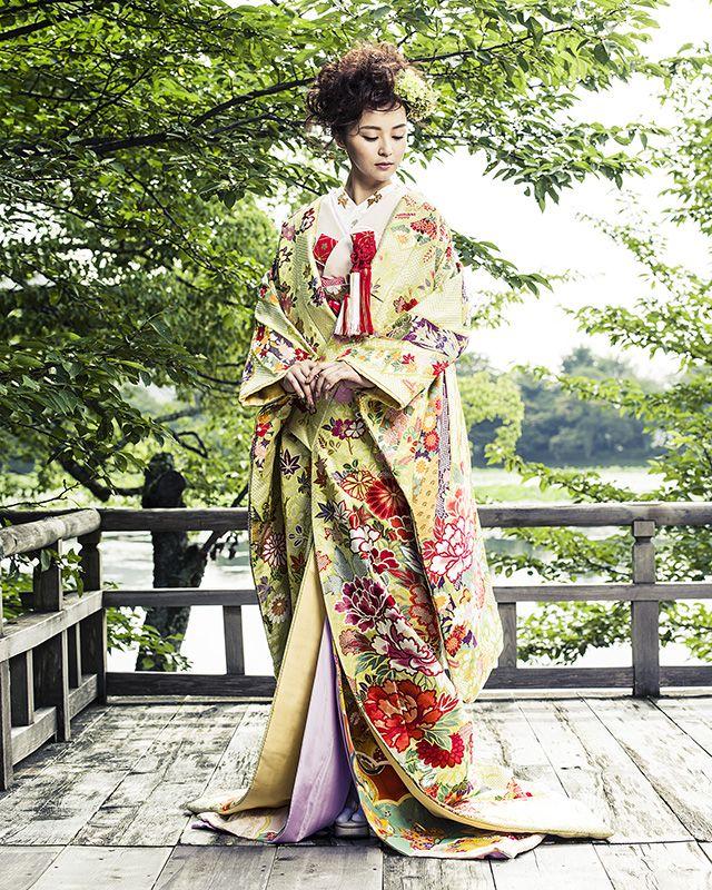 アンテリーベのウエディングドレスは、ヨーロッパのアトリエで仕立てられた最上のマテリアルと本場メゾンの技が紡ぎだすディテールにこだわったシック&エレガンスなコレクションです。すべての花嫁に最高の美しさを。