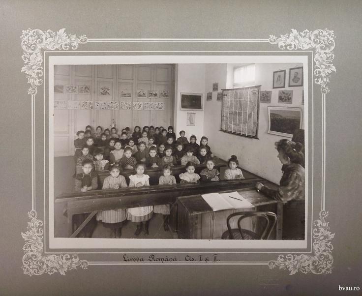 """Şcoala de fete - Limba română cls. I şi II, Galati, Romania, anul 1906, http://stone.bvau.ro:8282/greenstone/collect/fotograf/index/assoc/Jdir008.dir/Pag08_Limba_romana_cls_I_si_II.jpg.  Imagine din colecţiile Bibliotecii Judeţene """"V.A. Urechia"""" Galaţi."""