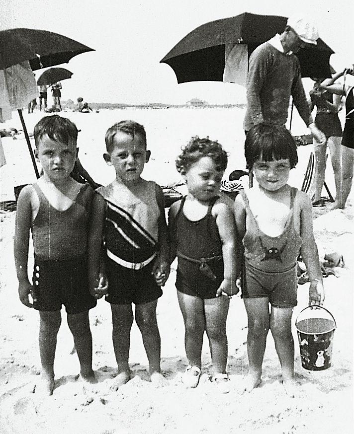 Long Island kids in the 1930s at Jones Beach. Los gestos humanos son los mismos en todas las épocas y para cada edad.